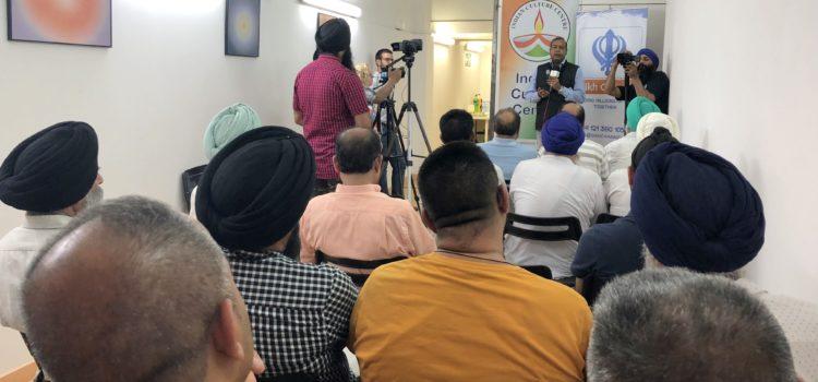 The senator of Barcelona of Indian origin, Robert Masih Nahar, helps the Sikh community to respect his turban